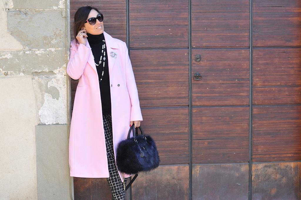 outfit-fashion-blogger-valentina-coco-cappotto-lungo-rosa-orecchini-bubbles-dior