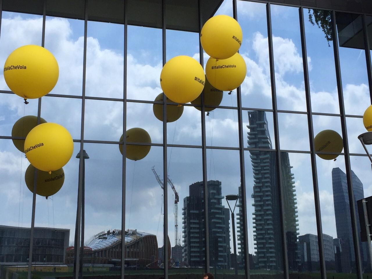 italia-che-vola-expo-2015-frecce-tricolore-fastweb-palloni-gialli-valentina-coco-fashion-blogger