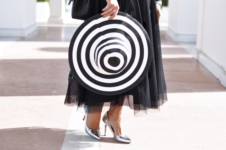 outfit-jwmvenice-bianco-nero-cappello-falde-larghe-a-righe-valentina-coco-fashion-blogger-maria-grazia-severi